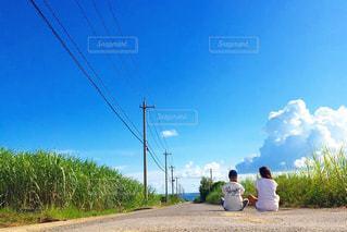 道に座る2人の写真・画像素材[1088322]