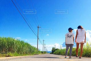 道の端に立っている人のグループの写真・画像素材[1088324]