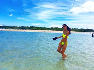 綺麗な海で笑顔な女性の写真・画像素材[1088325]