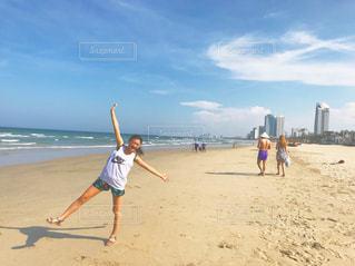 砂浜の上に立っている人の写真・画像素材[2182792]