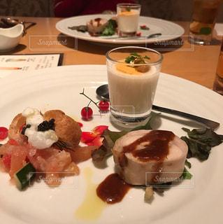 テーブルの上に食べ物のプレートの写真・画像素材[1088605]