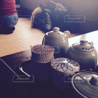 テーブルの上の爪楊枝の写真・画像素材[1088804]