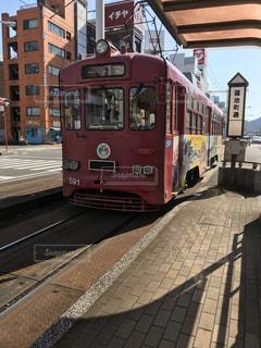 電車は建物の脇に駐車します。の写真・画像素材[1088781]