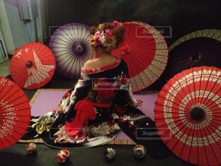大きな赤い傘の写真・画像素材[1090727]