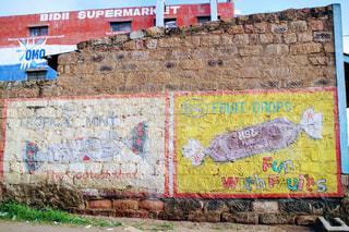 れんが造りの壁の側面に落書きのある建物の写真・画像素材[1162638]