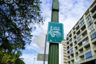 建物の側面を離れて掛かる道路標識の写真・画像素材[1179946]