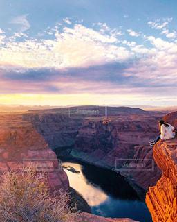 山が背景にある峡谷の写真・画像素材[2141959]