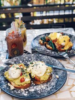 食卓の上の食べ物の皿の写真・画像素材[2141974]