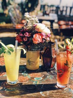 テーブルの上のガラスの花瓶の接写の写真・画像素材[2141976]