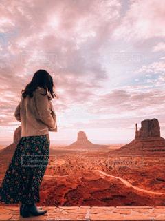日没の前に立っている人の写真・画像素材[2141986]