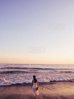 浜辺に立っているの写真・画像素材[2142113]