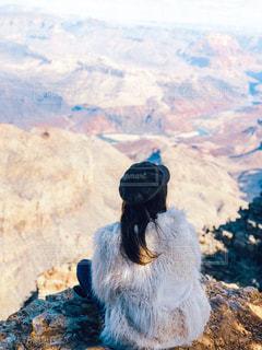 山の頂上に座っている鳥の写真・画像素材[2142120]