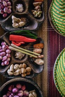テーブルの上に座っている食べ物の束の写真・画像素材[2265209]
