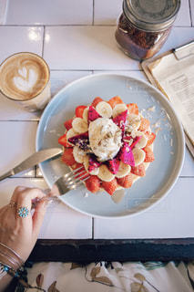 テーブルの上の食べ物のボウルの写真・画像素材[2265214]