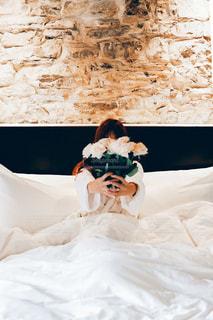 ベッドの上に座っている猫の写真・画像素材[2763905]
