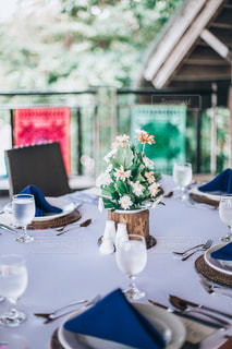テーブルの上の花瓶の写真・画像素材[2833743]