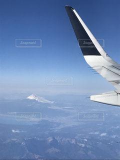 空を飛んでいる飛行機の写真・画像素材[1090006]