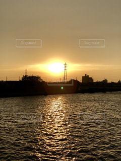 沈む夕陽と水面の写真・画像素材[1161629]