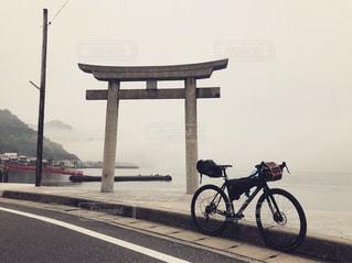自転車の後ろに乗っている人のグループの写真・画像素材[1284897]