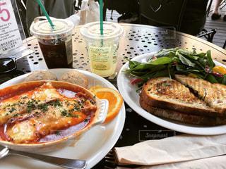 テーブルの上に食べ物のプレートの写真・画像素材[1090379]
