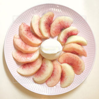 桃とブッラータチーズのハチミツがけの写真・画像素材[3595561]