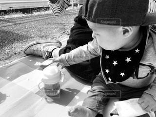 テーブルの上に座って男の子の写真・画像素材[1101010]