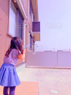 建物の前に立っている女性の写真・画像素材[1101744]