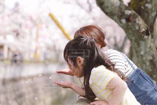 動物園で座っている女性の写真・画像素材[1114894]