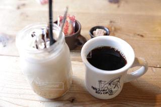 テーブルの上のコーヒー カップの写真・画像素材[1121049]