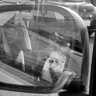 カメラにポーズ鏡の前に立っている人の写真・画像素材[1142155]