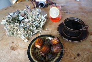 テーブルの上のコーヒー カップの写真・画像素材[1126117]
