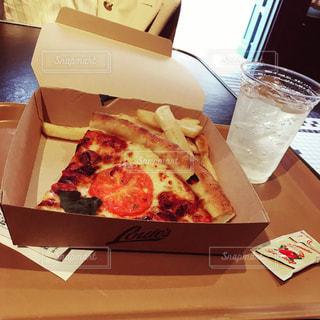 テーブルの上のピザの写真・画像素材[1091909]