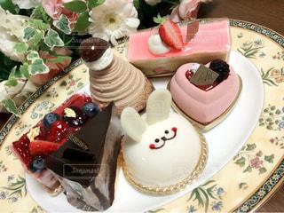 テーブルにバースデー ケーキのプレートの写真・画像素材[1091941]