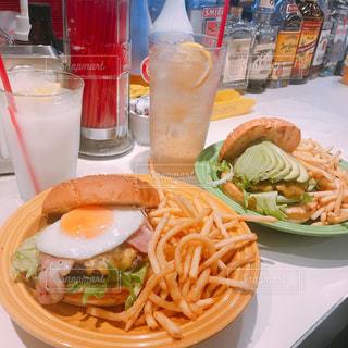 近くのテーブルの上に食べ物のプレートの写真・画像素材[1091964]