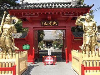 赤い建物の正面像の写真・画像素材[1098589]