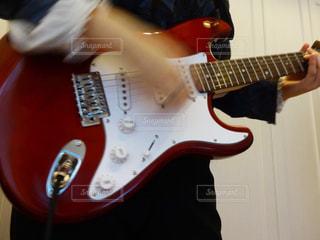 ギターを持っている人の写真・画像素材[1092439]