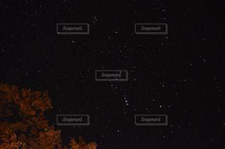 夜空の真ん中にある星の写真・画像素材[1640359]