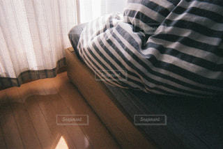 ソファに座っている男の写真・画像素材[1640379]