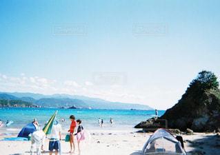 水の体の近くのビーチの人々 のグループの写真・画像素材[1851535]