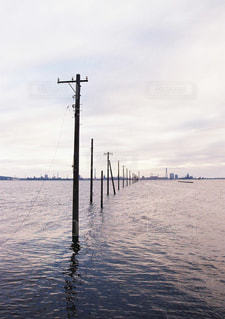 水域の隣の桟橋の閉鎖の写真・画像素材[2550063]
