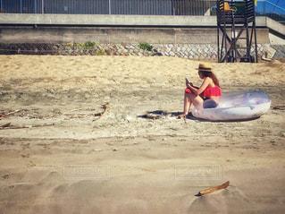 砂浜の上に座っている女性の写真・画像素材[1209557]
