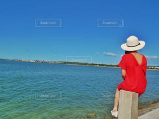 海辺で座っている女性の写真・画像素材[2093803]