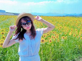 ひまわり畑と女性の写真・画像素材[2106070]