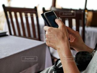 スマホを操作する人の写真・画像素材[2281674]