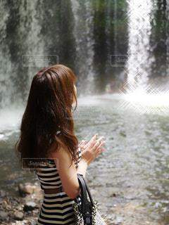 滝と女性の写真・画像素材[2317773]