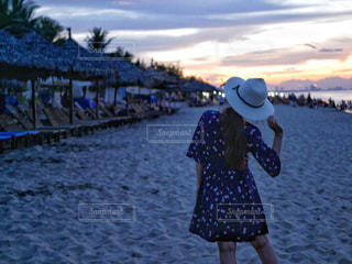 ビーチに立っている女性の写真・画像素材[2317775]