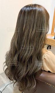 女性の後ろ姿の写真・画像素材[2985085]