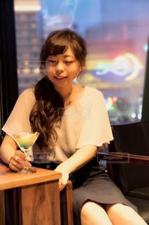 テーブルに座っている女性の写真・画像素材[2985086]