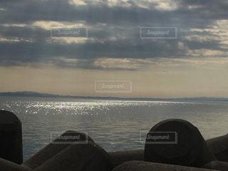 太陽の光が反射する、曇りの日本海の写真・画像素材[1093083]