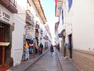 狭い通りを歩いている人々の写真・画像素材[1099219]
